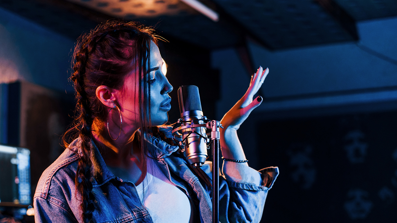 young beautiful female performer sings and rehears j7evazn